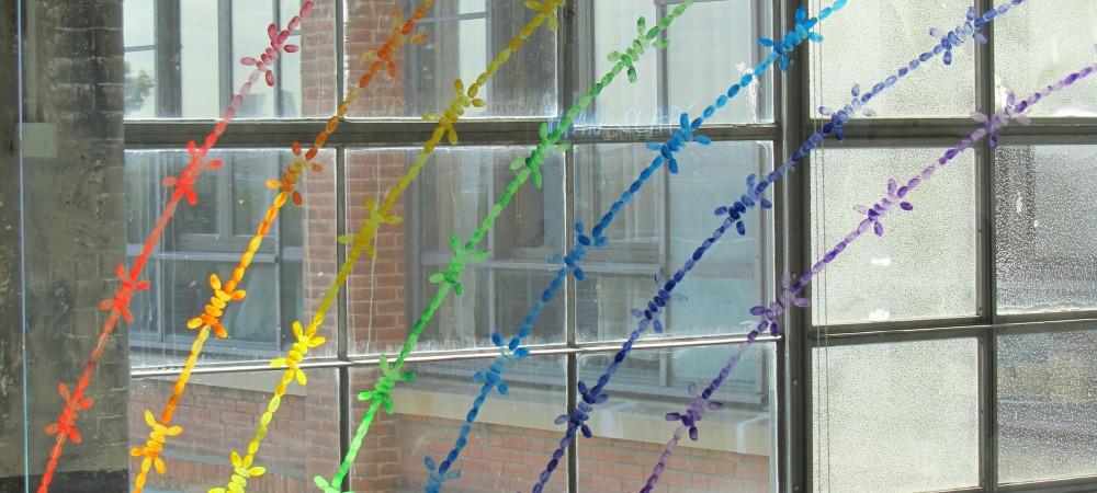Mircea Cantor, Rainbow, 2011 Panneaux de verre, empreintes digitales de l'artiste, encre de gravure, © Credac, Ivry-sur-Seine & galerie Yvon Lambert, Paris