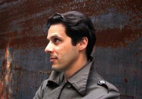 Devant une oeuvre de Richard Serra, MoMA