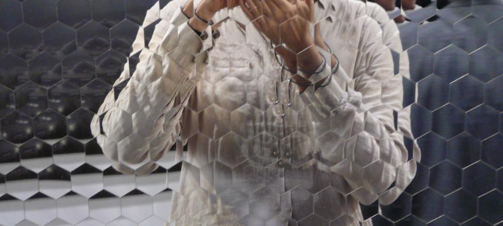 Didier Saulnier, autoportrait dans une oeuvre d'Anish Kapoor, Art Basel Miami 2007