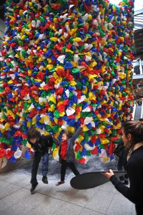 Montage collectif de Plastic Bags, jeudi 17 mai © Gares & Connexions, Pascale Marthine Tayou, Galleria Continua et entreprisecontemporaine 2012